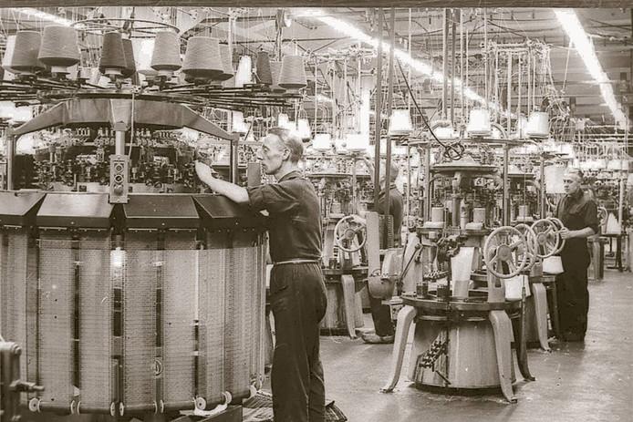 De breierij van de Tricot fabriek in 1960: in het midden staat Arend Kist, rechts de heer  Aalders. Archief Vereniging Het Museum.