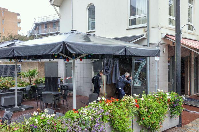 De schade bij het café in Helmond na de vuurwerkbom.