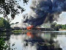 Foto's en video | Metershoge vlammen en enorme rookwolk van brand Beekse Bergen in wijde omgeving te zien