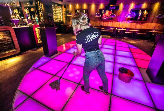 Bij de Millers op het Plein wordt de dansvloer alvast schoongemaakt door Nisquali. In de nacht van vrijdag op zaterdag mag er weer gedanst worden.