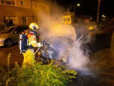 Poging om bedrijfsbus in brand te steken mislukt, auto even verderop vat wél vlam in Heerde