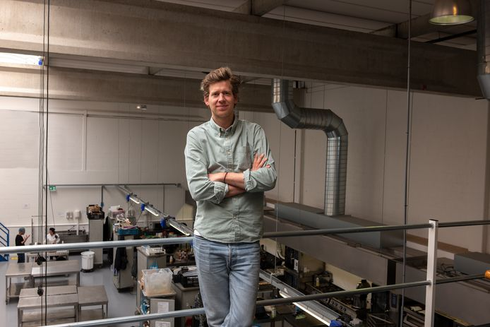 Joost Esser in de keuken van zijn onderneming Plant B in Amsterdam.
