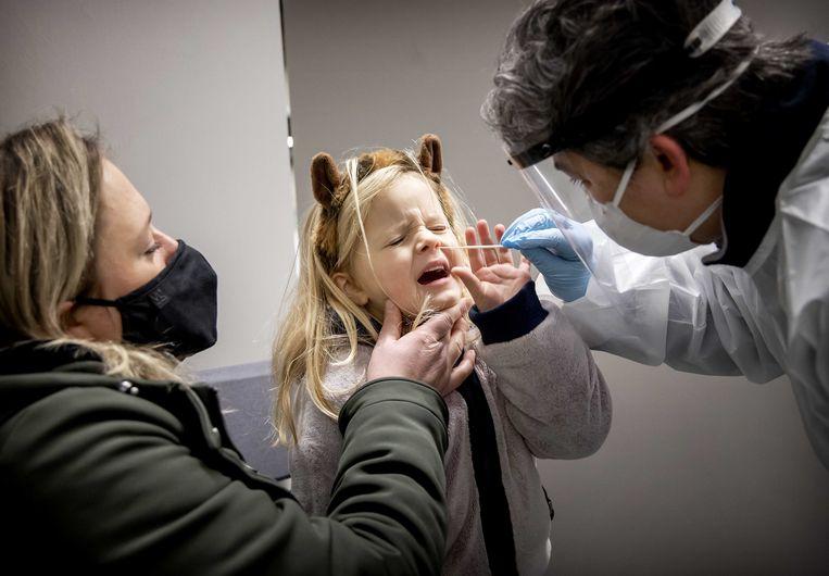 Een meisjes uit de gemeente Lansingerland wordt getest op het coronavirus.  Beeld ANP