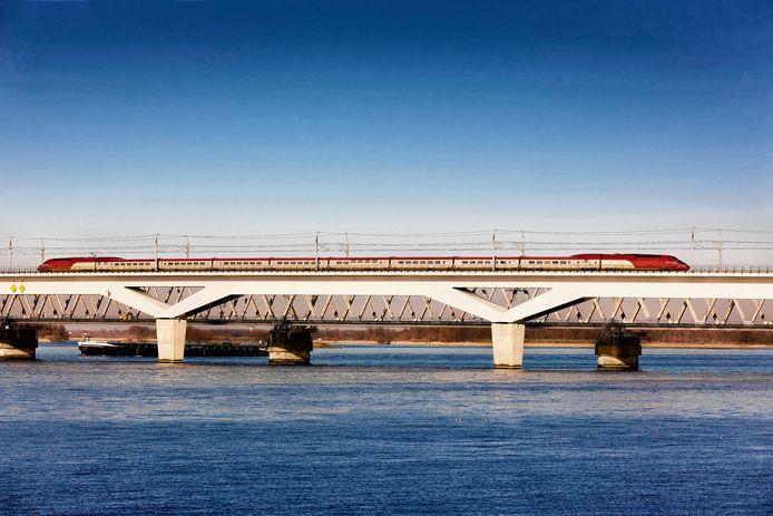 Een Thalys raast over het hogesnelheidsspoor bij het Hollands Diep. In tegenstelling tot de IC Direct rijdt de Thalys wel vaak op tijd. De treinen zijn geschikter voor het hoge snelheidsspoor.