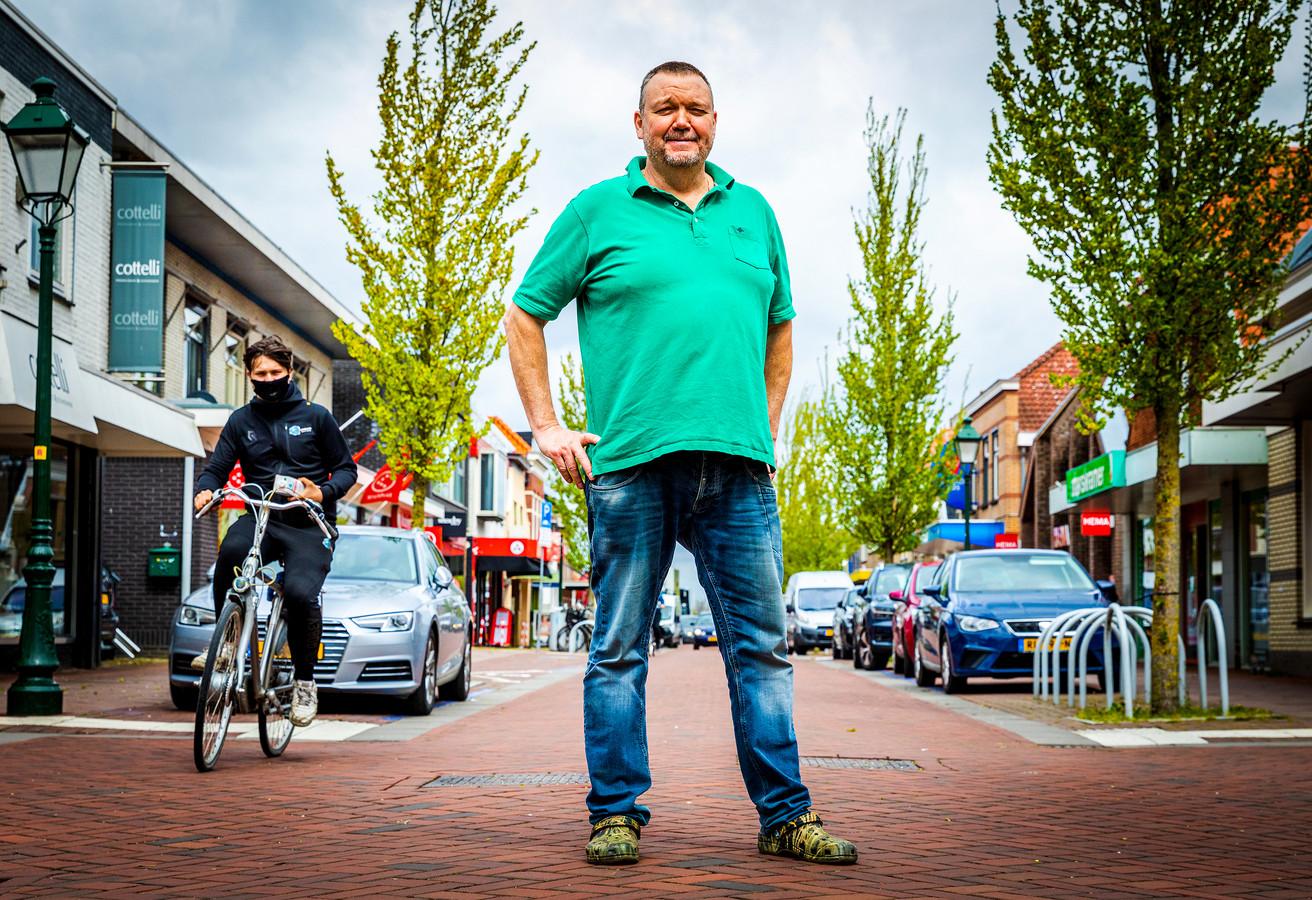 Fokke van der Berg van de plaatselijke winkeliersvereniging, eigenaar van Animo Dierenspeciaalzaak op de Voorstraat, verzet zich met name tegen de drukte die wordt veroorzaakt door het zware verkeer. ,,Dit is een van de betere winkelstraten - géén racebaan - van de hele Hoeksche Waard, en zo word je dus gesteund door de gemeente.''