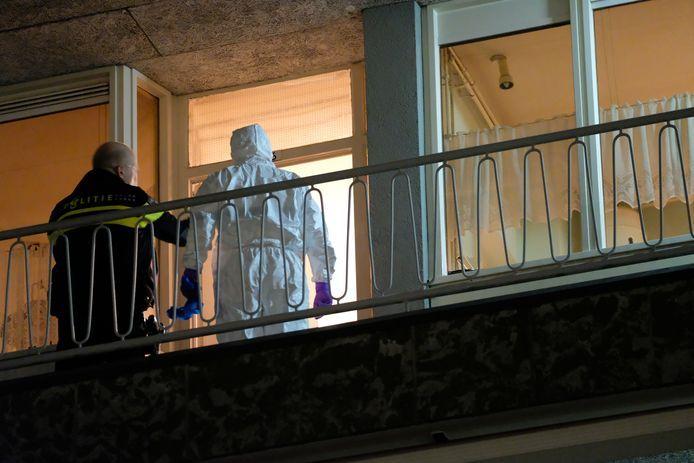 Politie doet forensisch onderzoek bij de woning van de overleden Max Hassink.