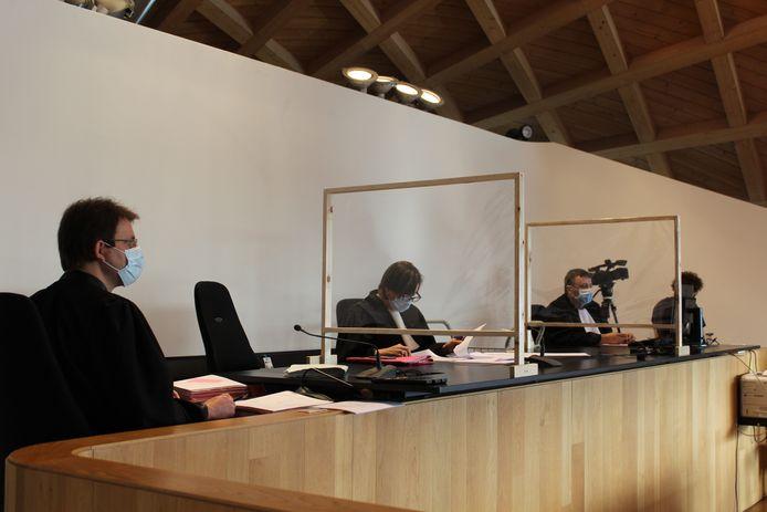De politierechtbank had vandaag weer de handen vol aan 8 dossiers met 59 beklaagden. Allen hadden zij op de een of andere manier het samenscholingsverbod geschonden.