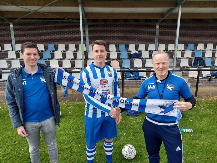 Jeroen Thoonen wordt door aanvoerder Harm Thielen (links) en trainer Michel van de Venn (rechts) welkom geheten bij De Zwaluw.