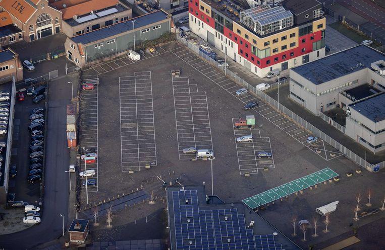 Een vrijwel lege parkeerplaats in Amsterdam-Noord.  Beeld ANP