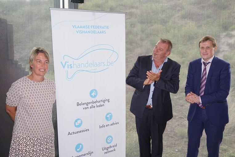 Joke Schauliege, Charles Devinck en Karel Van Eetvelt onthullen het nieuwe logo van de federatie.