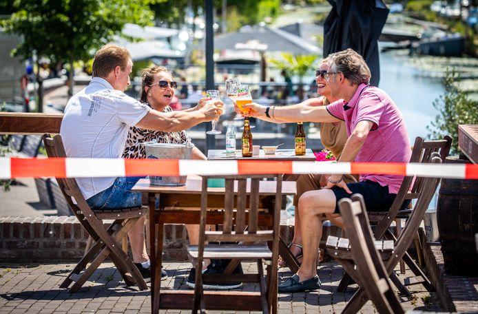 Vorig jaar konden we nog biertjes drinken op het terras. Zoals hier Bij Steef in Strijen. De gemeente verlengt de termijn van de terrasuitbreiding om ondernemers te helpen.