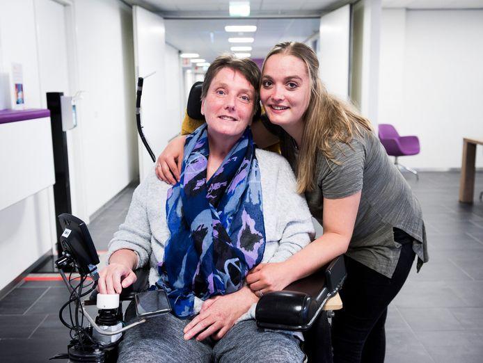 Ellen de Jong en dochter Zoë in revalidatiecentrum De Hoogstaat. Dochters Zoë en Aisha begonnen een inzamelingsactie voor een rolstoelbus voor moeder .