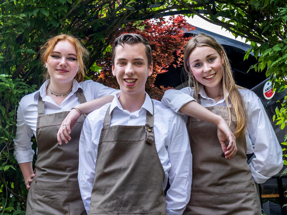 Carmen van Hees (15), Jasper Willigenburg (16) en Kiki Stip (15) hebben zelfvertrouwen opgedaan door hun werk bij restaurant Klein Zwitserland.