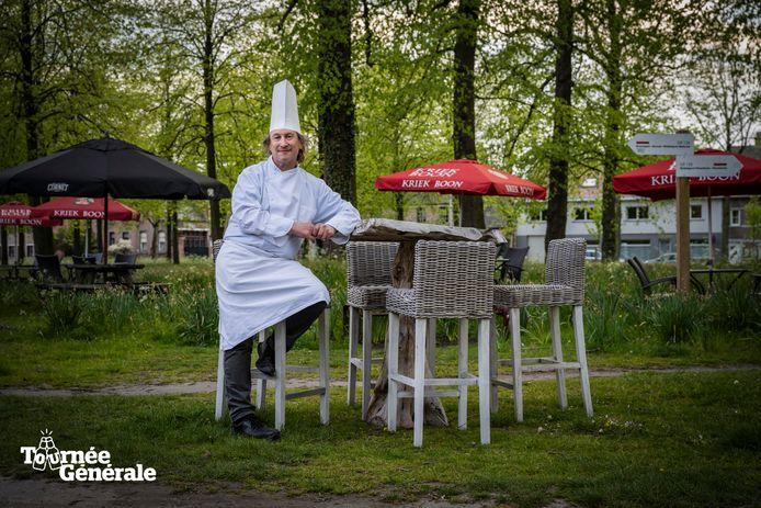 """Cafébaas Sandy Vanroose op zijn terras op de Dries. """"Het groene kader is een troef"""", zegt hij."""