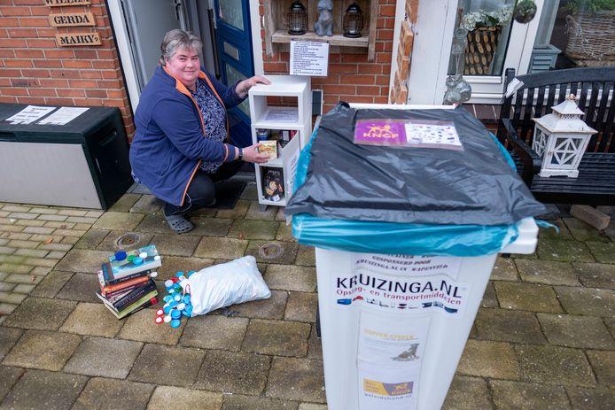 Gerda Wessels uit Wezep vindt alles leuk. Dus zamelt ze doppen in voor KNFG geleidehonden, heeft ze een minibieb en sinds kort ook een piepklein (gratis) supermarktje met houdbare producten.