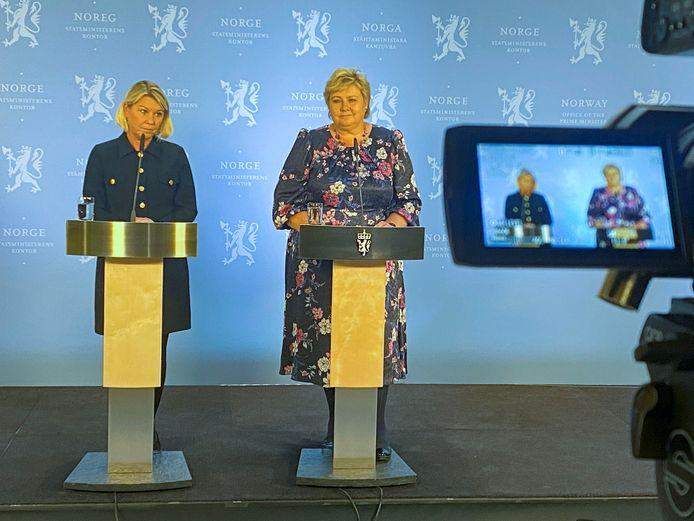 Premier Erna Solberg naast minister van Justitie Monica Maeland.
