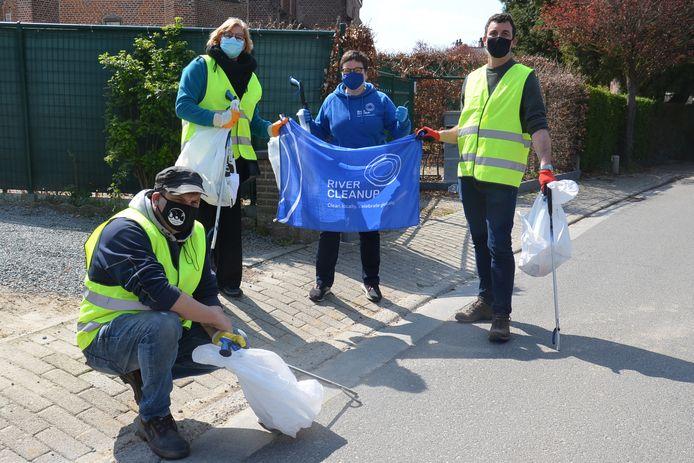Kris De Wit van de Ninoofse Zwerfvuiljagers, burgemeester Tania De Jonge, Valérie de Groote van River Cleanup Team Dender en schepen Wouter Vande Winkel ruimen zwerfvuil in Neigem (Ninove)
