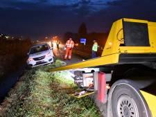 Auto belandt in sloot bij Kapelle; bestuurder raakt gewond