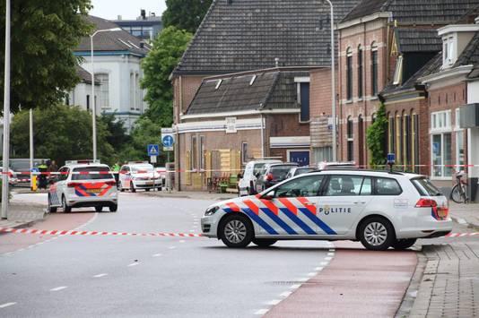 De Vredensestraat in Winterswijk is afgezet, nadat een man in zijn been is geschoten door de politie.