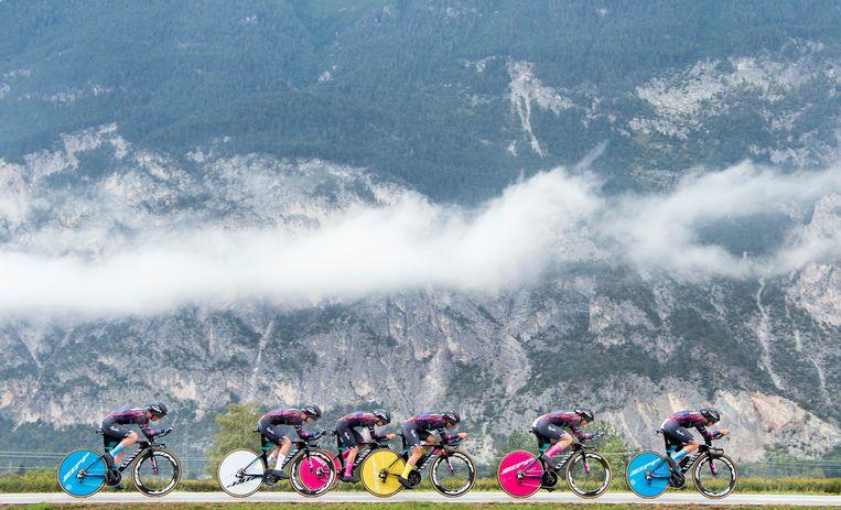 Canyon Sram Racing raast naar de wereldtitel tijdrit vrouwen. Beeld Klaas Jan van der Weij / de Volkskrant