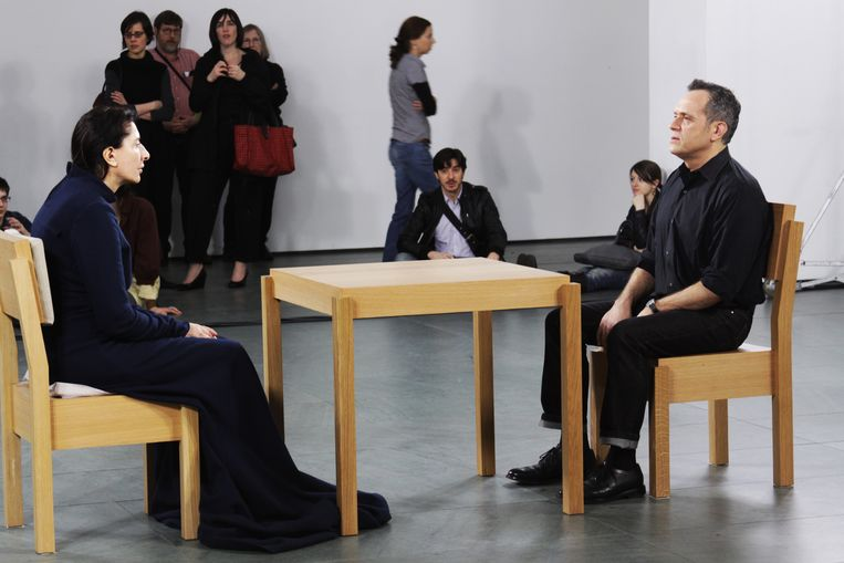 Kunstenaar Marina Abramovic in stilte tegenover een bezoeker. Beeld