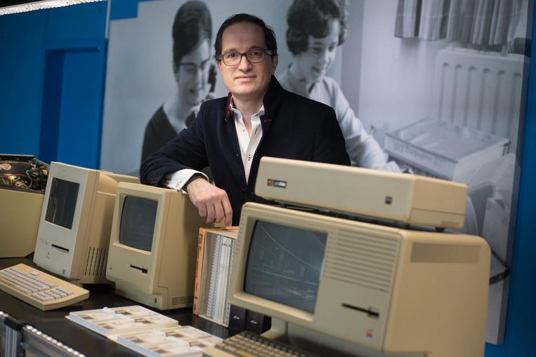 Ondernemer Peter Hinssen, die technologische geschiedenis uit zijn privécollectie ter beschikking stelde voor de tentoonstelling, bij enkele stukken.