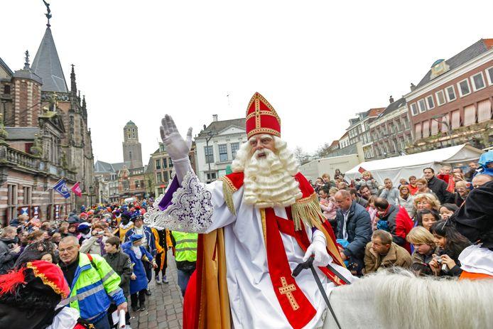 Sinterklaas in de binnenstad van Zwolle tijdens een eerdere intocht.