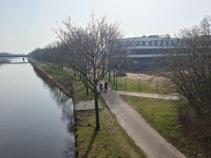 Het Piet van Bokhovenpad in Helmond met rechts het nieuwe Dr. Knippenbergcollege in aanbouw.