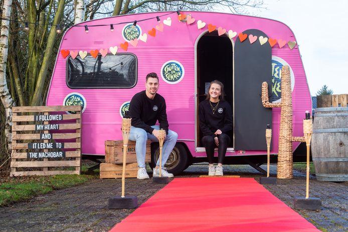 Marieke van Turnhout verkoopt met vriend Stijn Verschuren nacho's (Nachobar) vanuit de originele caravan van Spuiten & Slikken. Vanwege gebrek aan festivals nu een actie rond Valentijn: daten in de seksmobiel.
