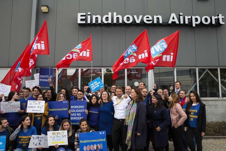 Cabinepersoneel en piloten van Ryanair staakten en demonstreerden eind september op vliegveld Eindhoven. Beeld ANP, Vincent Jannink