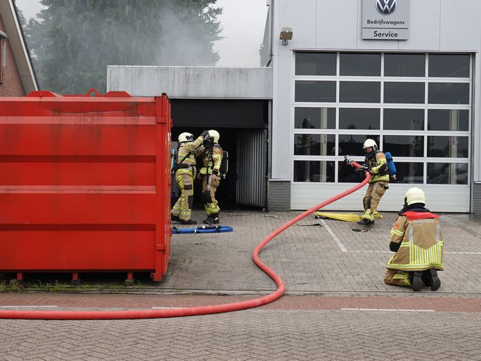 De brandweer kreeg het vuur aan de Lage Inkweg in Hardenberg snel onder controle.