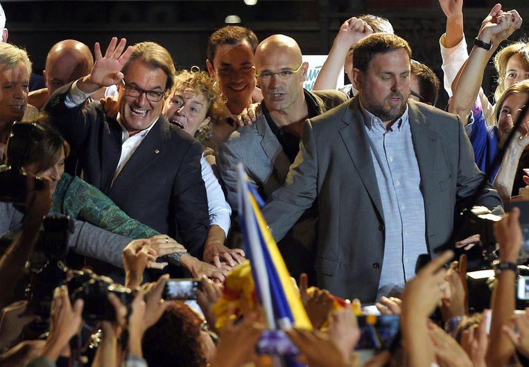 Blije gezichten bij de kopstukken van Junts pel Sí gisteren: vlnr. premier Artur Mas, lijsttrekker Raul Romeva en ERC-voorzitter Oriol Junqueras. Beeld AFP