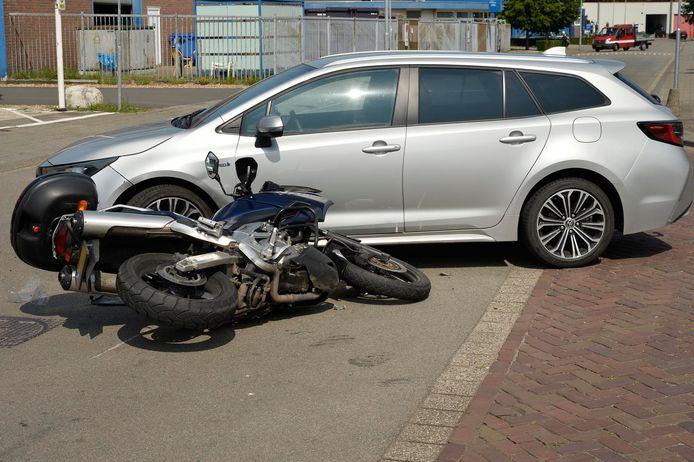 Een motorrijder botst tegen een auto terwijl hij achter een fietsendief aanzat.