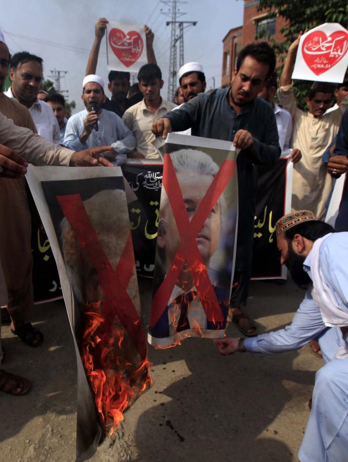 Betogers verbranden foto's van Geert Wilders tijdens een eerder protest in Pakistan op 17 augustus