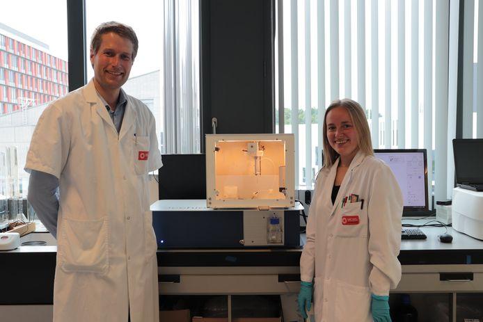 UCLL-onderzoekers Maarten Hendrickx Ellen Van Hileghem bij het toestel in labo UCLL Gasthuisberg Leuven