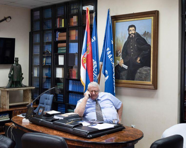 Vojislav Seselj in het kantoor van zijn Servische Radicale Partij.  Beeld Martino Lombezzi
