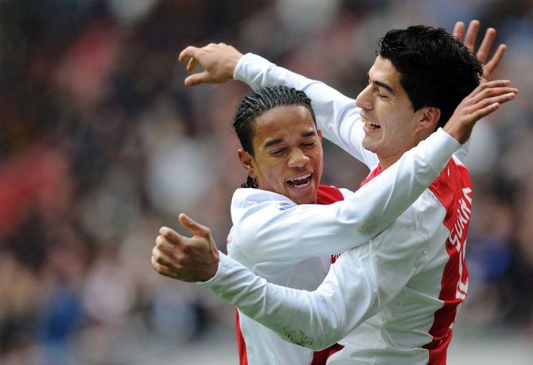 Urby Emanuelson feliciteert Luis Suarez (rechts) met zijn eerste doelpunt (1-0) tegen AZ. Foto ANP/Marco de Swart Beeld