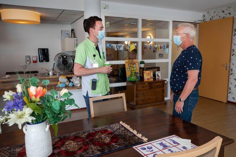 Luc van Bakel (l) in gesprek met zoon van Mien, Ed Weber. Beeld Werry Crone