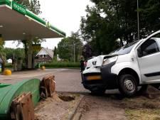 Automobilist rijdt prijzenbord bij tankstation in Overvecht omver