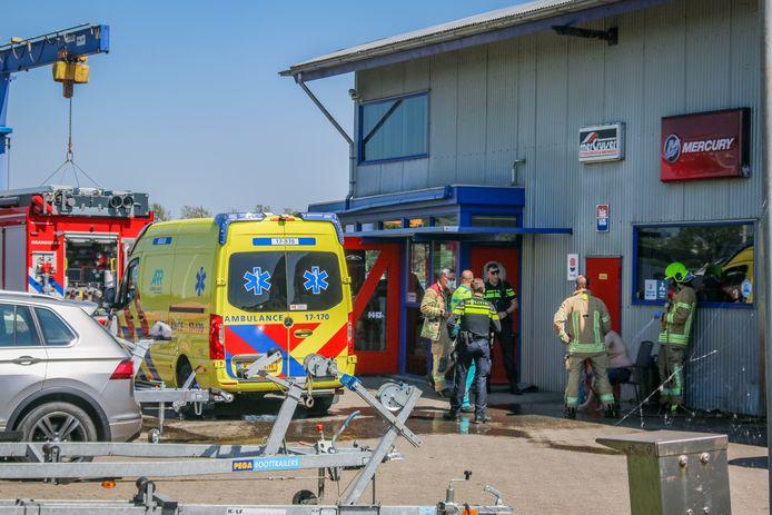 De onfortuinlijke schipper is naar het ziekenhuis gebracht met brandwonden.