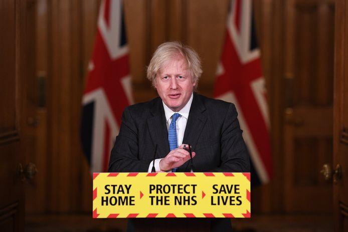 Premier Johnson tijdens een briefing in Downing Street