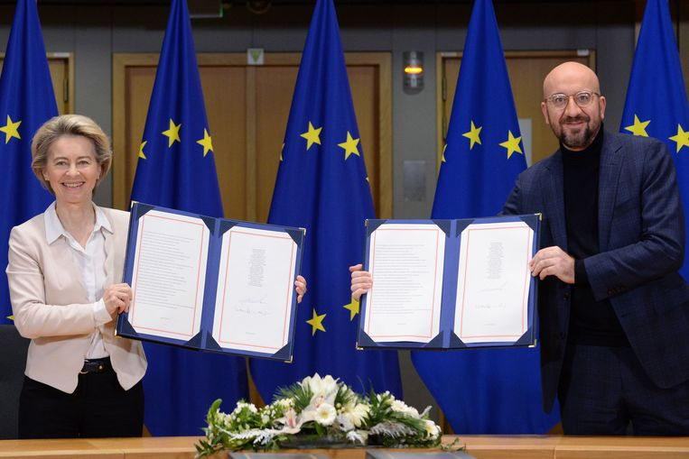 Voorzitter Ursula von der Leyen van de Europese Commissie en EU-president Charles Michel tekenden het akkoord tijdens een korte ceremonie. Beeld AFP