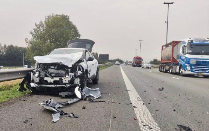 De Peugeot liep zware schade op, na de botsing achter op een vrachtwagen langs de E17 in Rekkem.
