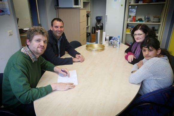 Stoffel Verheyde samen aan tafel met Maryam en mama Petra Lust.