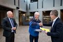 Rien Voets biedt in januari 2020 een petitie aan over donker Deurne aan inmiddels oud-burgemeester Mak en wethouder Helm Verhees.