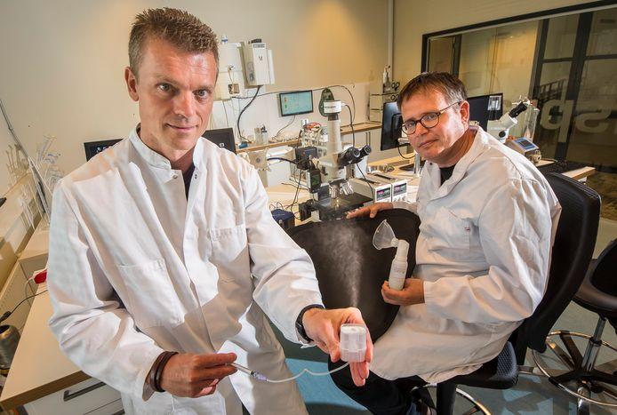 Han van Egmond (l.) en Wilbert de Kruijf  van Medspray met  verstuiver voor coronamedicijn.
