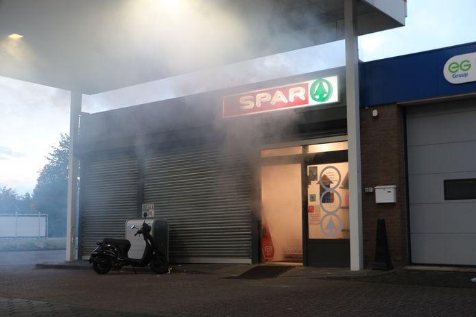 Bij tankstation Esso in Boxtel werd een mistgenerator geactiveerd. De witte rook deed vermoeden dat er een brand woedde, maar dat bleek niet zo te zijn.
