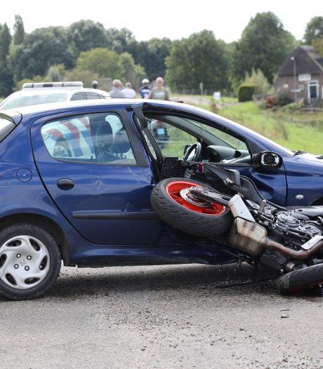 Auto en motor botsen in Overlangel: motorrijder naar het ziekenhuis