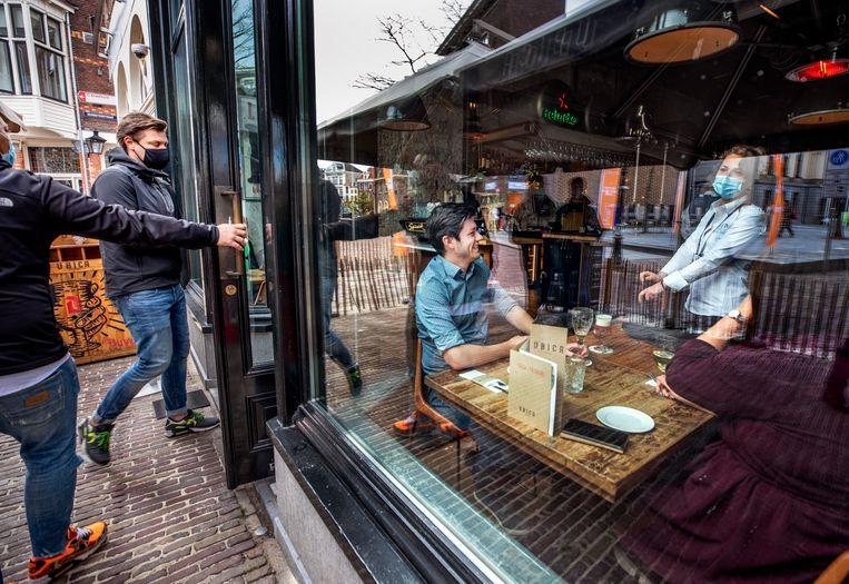 Bij café Ubica in het centrum van Utrecht wordt een Fieldlab-experiment gehouden. De onderzoeken blijken niet te voldoen aan alle wetenschappelijke regels. Beeld Raymond Rutting / de Volkskrant