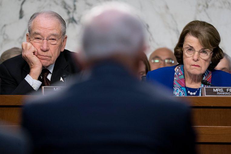 Chuck Grassley, de Republikeinse voorzitter van de Gerechtelijke Senaatscommissie (links) en de Democratische senator Dianne Feinstein (rechts).  Beeld EPA